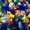ポケモンでデコレートした巨大クリスマスツリー、読売新聞ビル前で公開中。パネル展も